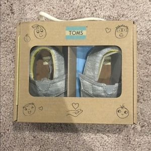 Baby TOMS in grey jersey
